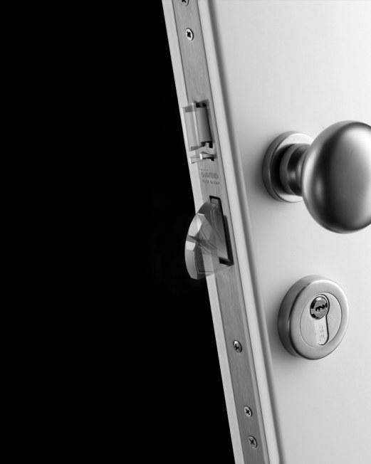 Antywłamaniowe zamki Multiblindo gwarantują znakomite zabezpieczenie drzwi wejściowych zarówno w domach i mieszkaniach, jak w i obiektach użyteczności publicznej. Dodatkowo można doposażyć je w atestowane wkładki bębenkowe o profilu europejskim renomowane
